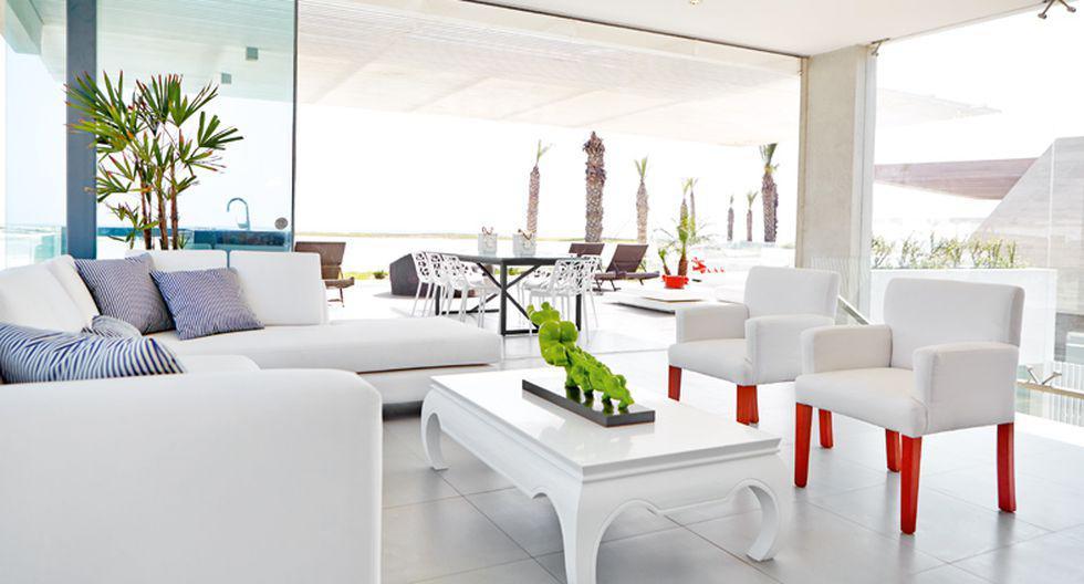 El piso de la sala tiene porcelanato gris. Los sofás se hicieron especialmente para la casa de playa.(Foto: Jaime Gianella. Styling María Lucía Ruzo)
