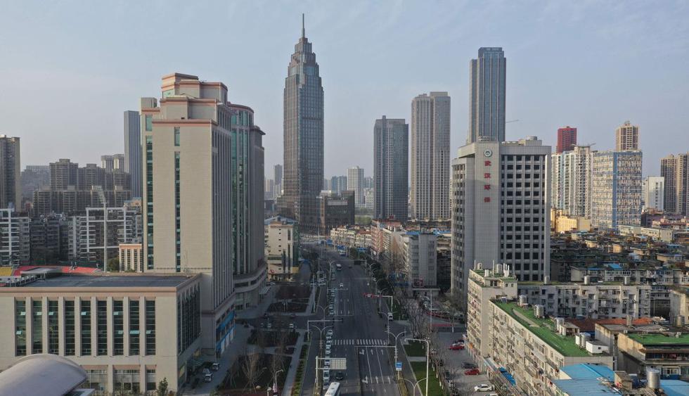 La provincia de Hubei, que concentra la mayoría de casos de nuevo coronavirus en todo el mundo, anunció el martes el levantamiento de parte de las restricciones para que las personas sanas puedan desplazarse. (AFP).