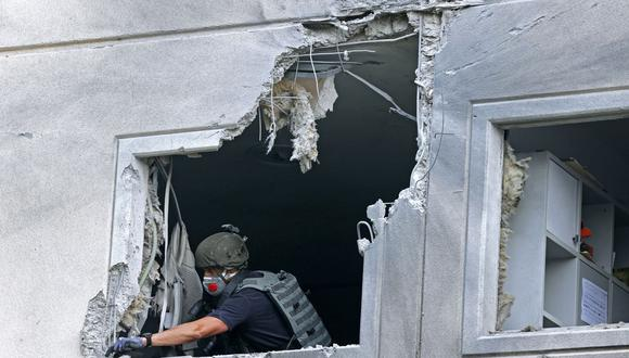 Un soldado israelí revisa un departamento dañado en la ciudad de Ashkelon, en el sur de Israel, el 11 de mayo de 2021, después de que fuera alcanzado por un cohete lanzado por Hamas desde Gaza. (Foto de JACK GUEZ / AFP).