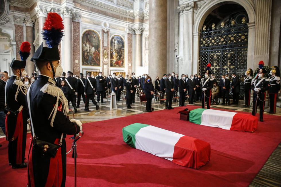 Italia despidió este jueves con un funeral de Estado en el que participaron las máximas autoridades del país al embajador en la República Democrática del Congo (RDC), Luca Attanasio, y el carabinero Vittorio Iacovacci, asesinados en un ataque del que aún se desconocen los motivos en el país africano. (Texto y foto: EFE).