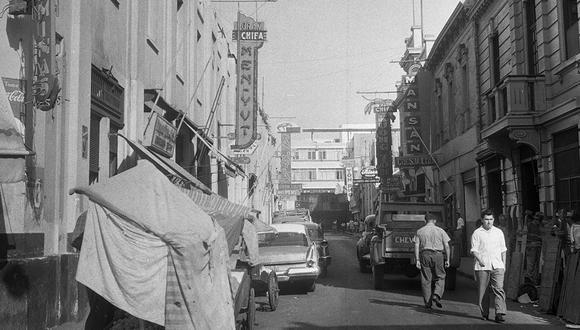 Lima, 10 de marzo de 1961.   Vista de la tradicional calle Capón, ubicada en el Barrio Chino, en el Centro de Lima. Décadas atrás fue uno de los centros neurálgicos de las casas de opio en las primeras décadas del siglo XX. (Foto: GEC Archivo Histórico)