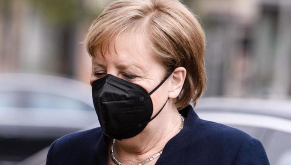 La canciller alemana Angela Merkel llega para el acto central del duelo por los fallecidos durante la pandemia de coronavirus en la sala de conciertos Konzerthaus Berlin, el 18 de abril de 2021. (EFE / EPA / CLEMENS BILAN).