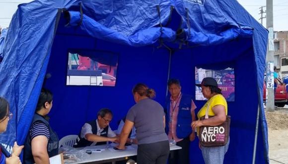 Brigada de registradores brinda servicios en una carpa a los damnificados de Villa El Salvador. (Foto: Reniec)
