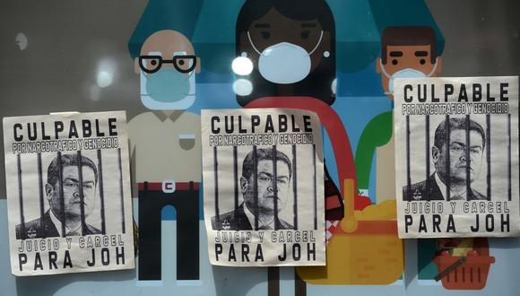 En esta foto de archivo tomada el 3 de octubre de 2020, se ven pancartas con la imagern del presidente de Honduras Juan Orlando Hernández durante una protesta en Tegucigalpa. (Foto de ORLANDO SIERRA / AFP).