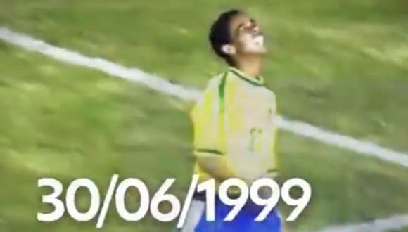 Ronaldinho celebrando su primer gol con la camiseta de Brasil.
