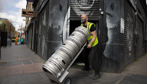 Niall Coghlan entrega barriles de cerveza a un bar en Brixton, al sur de Londres, Inglaterra, el 9 de abril de 2021 antes de la flexibilización de las restricciones impuestas por el coronavirus. (Foto de Tolga Akmen / AFP).