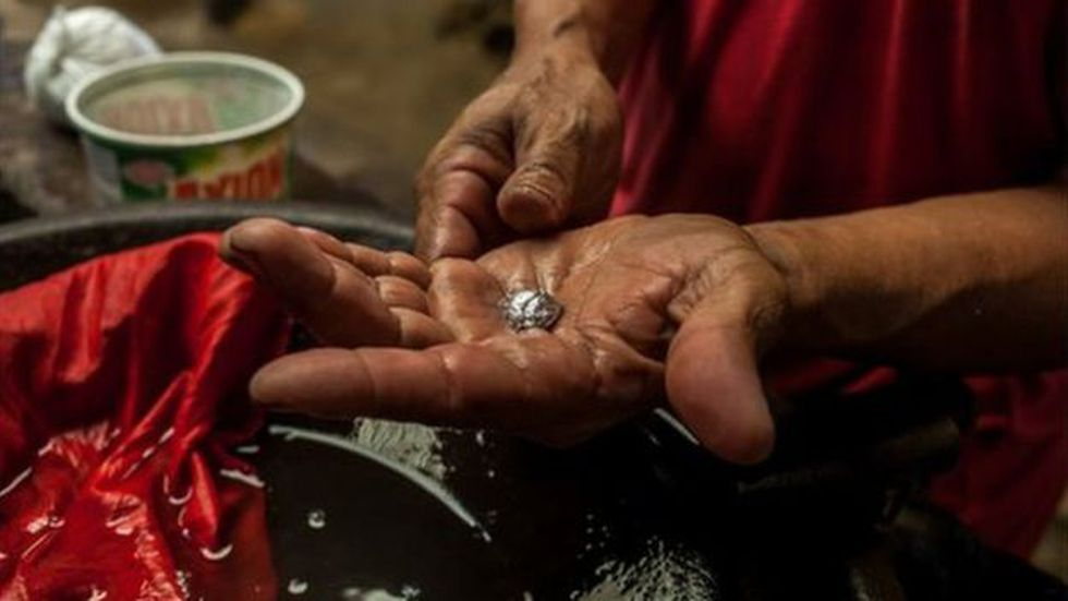 El mercurio se usa para separar el oro de la tierra. Foto: GETTY IMAGES, vía BBC Mundo