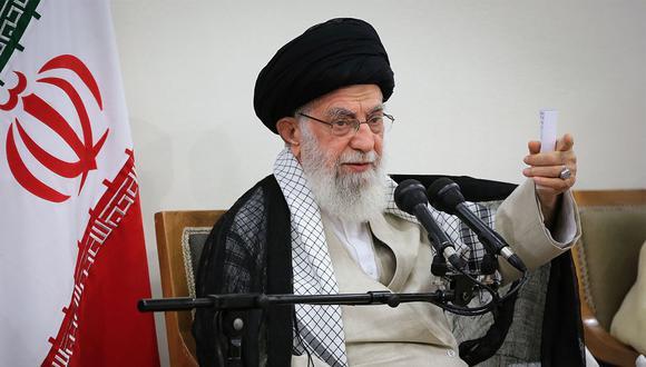 Una foto impresa publicada por la oficina del Líder Supremo de Irán, Ayatollah Ali Khamenei, lo muestra durante una reunión con miembros de la Asamblea de Expertos de Irán, en Teherán. (Foto: AFP)
