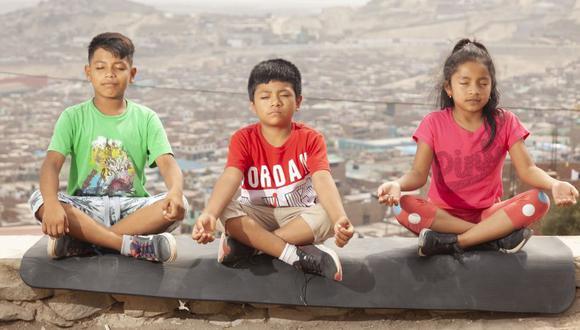 LA HORA DEL RELAJO. Fabio, Yahairo y Valery practican técnicas de relajación afuera del Centro Educativo Kantaya. Ellos pertenecen a la primera promoción del Proyecto Nuna. (Foto: Handrez García)