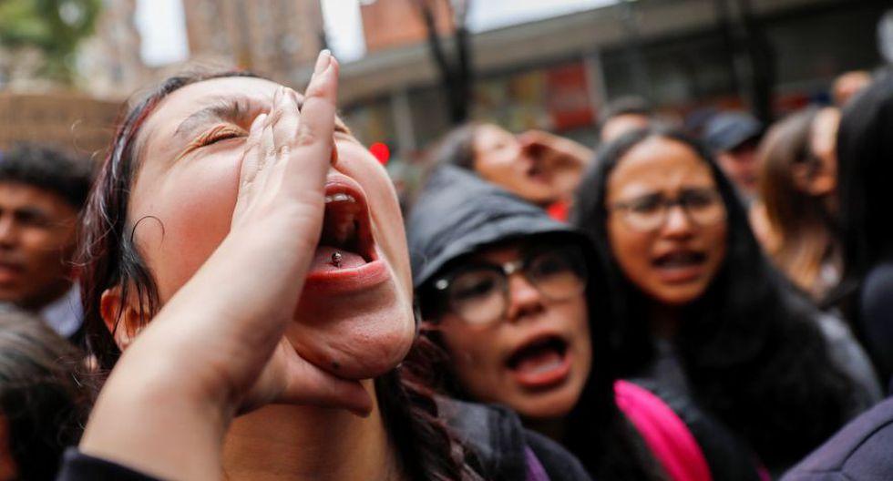 Una joven protesta durante una manifestación en honor a Dilan Cruz, un manifestante adolescente que murió después de ser herido por un bote de gas lacrimógeno durante un ataque inicial la semana pasada en Colombia. (Foto: AFP).