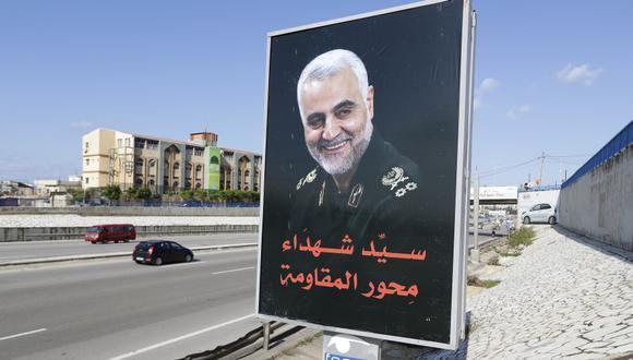Un retrato del comandante militar iraní Qasem Soleimani en la carretera principal que conduce al aeropuerto de Beirut. (Foto de JOSEPH EID / AFP).