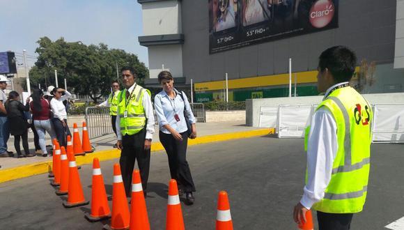 La víctima hacía cola junto a otras 40 personas en la rampa de acceso al mall mientras esperaba una entrevista de trabajo para Plaza Vea de Real Plaza Salaverry. (Yasmin Rosas / El Comercio)