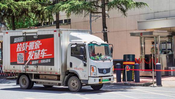 Un camión de mudanza ingresa al Consulado de Estados Unidos en Chengdu, provincia de Sichuán. (EFE / EPA / Alex Plavevski).