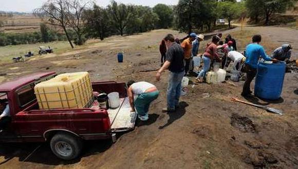 """El """"huachicoleo"""" es la extracción ilegal de combustible que se transporta por los ductos que corren por predios al aire libre. (Foto: AFP)"""