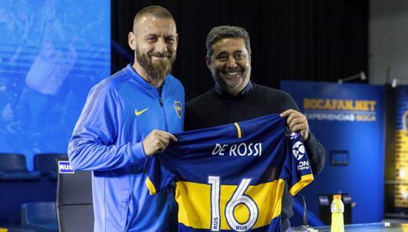 Daniele De Rossi con el presidente de Boca Juniors, Daniel Angelici. (Foto: AP)