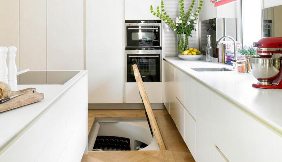 El piso de esta cocina se eleva para señalar la entrada a la cava de vinos personal de los propietarios. (Foto: Amory Brown Interior Designers & Decorators)