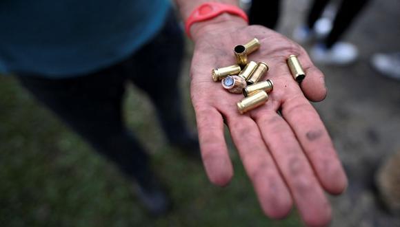 Un manifestante muestra casquillos de bala el día después de las protestas contra el gobierno del presidente Iván Duque, en Cali, Colombia. (Foto de Luis ROBAYO / AFP).