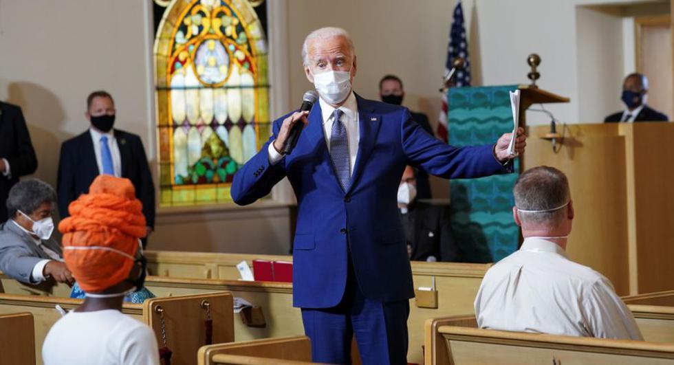 El candidato demócrata a la presidencia de Estados Unidos Joe Biden habla con los residentes durante una reunión comunitaria en la Iglesia Luterana Grace después de una semana de disturbios tras el tiroteo de Jacob Blake, un hombre negro, por un oficial de policía blanco en Kenosha, Wisconsin. EE. UU.. (REUTERS / Kevin Lamarque)