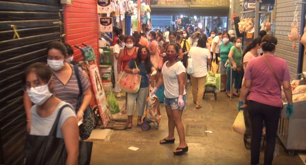 En tanto, el jefe de operaciones de Fiscalización de Surco, Ronald Rojas, comprobó las largas colas de mujeres en varios mercados del distrito. (Foto Municipalidad de Surco)