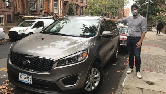 Julien Genestoux se apoya en su nuevo automóvil, que compró hace unas semanas en Nueva York. (Foto de Thomas URBAIN / AFP).