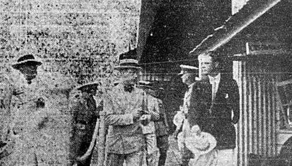 Antes de llegar al norte peruano, el Príncipe de Gales sobrevoló el Canal de Panamá. Aquí conversando Su Alteza Real con sombrero puesto conversando un funcionario de la Pan American Airways poco antes de ese arriesgado vuelo. (Foto: GEC Archivo Histórico)