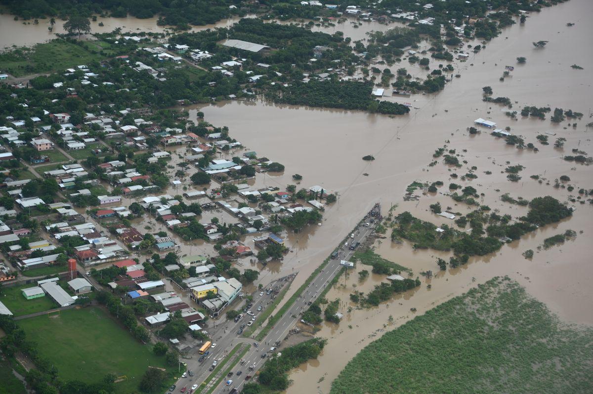 Vista aérea del municipio inundado de Chamelecón, en el Valle de Sula, en las afueras de San Pedro Sula, 240 km al norte de Tegucigalpa. (Foto de Orlando SIERRA / AFP).