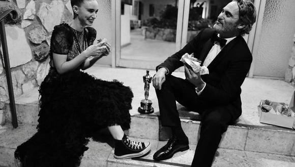Joaquin Phoenix y su novia, la actriz Rooney Mara, fueron a celebrar a Monty's Good Burger. (Foto: Instagram)
