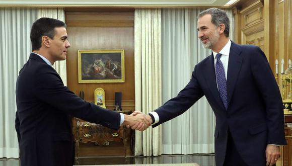 El rey Felipe VI (derecha) de España da la bienvenida al titular del primer ministro y líder del Partido Socialista Español (PSOE), Pedro Sánchez (izquierda), en el Palacio de la Zarzuela en Madrid. (Foto: AFP).