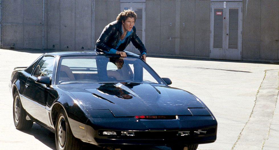 Michael Knight y KITT, el Auto Fantástico. La serie de los 80 nos permitió volar en la imaginación: un auto que se conducía solo y hablaba. Abajo: Un vehículo autónomo de Uber produjo el primer accidente mortal en EE.UU.