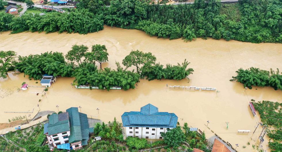 Esta fotografía aérea tomada el 10 de junio muestra campos sumergidos y edificios inundados después de que fuertes lluvias causaron inundaciones en Rongan, en la región meridional china de Guangxi. Las inundaciones y deslizamientos de tierra en el sur de China han desarraigado a cientos de miles de personas. (STR/AFP)