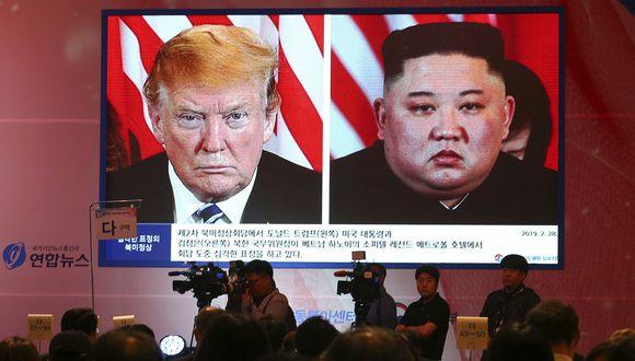Una gran pantalla muestra al líder norcoreano Kim Jong-un, a la derecha, y al presidente de los Estados Unidos, Donald Trump, durante el Simposio de Régimen de la Prosperación Compartida en la Península de Corea del Sur en Seúl, en junio de 2019. (Foto: AP)