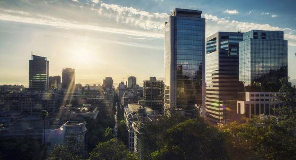 En sexto lugar figura la ciudad de Santiago, Chile. El promedio de estadía de sus visitantes al 2017 sumó 10.5 días, mientras que el gasto diario promedio ascendió a US$83. Argentina es el país del que más visitantes llegan, seguido por Brasil y Estados Unidos.