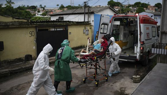 Trabajadores de emergencias trasladan a un anciano, que se sospecha que tiene COVID-19, a un hospital en Manaos, Brasil, el 13 de mayo de 2020. Per cápita, Manaos es la ciudad de Brasil más golpeada por el coronavirus. (AP Foto/Felipe Dana).