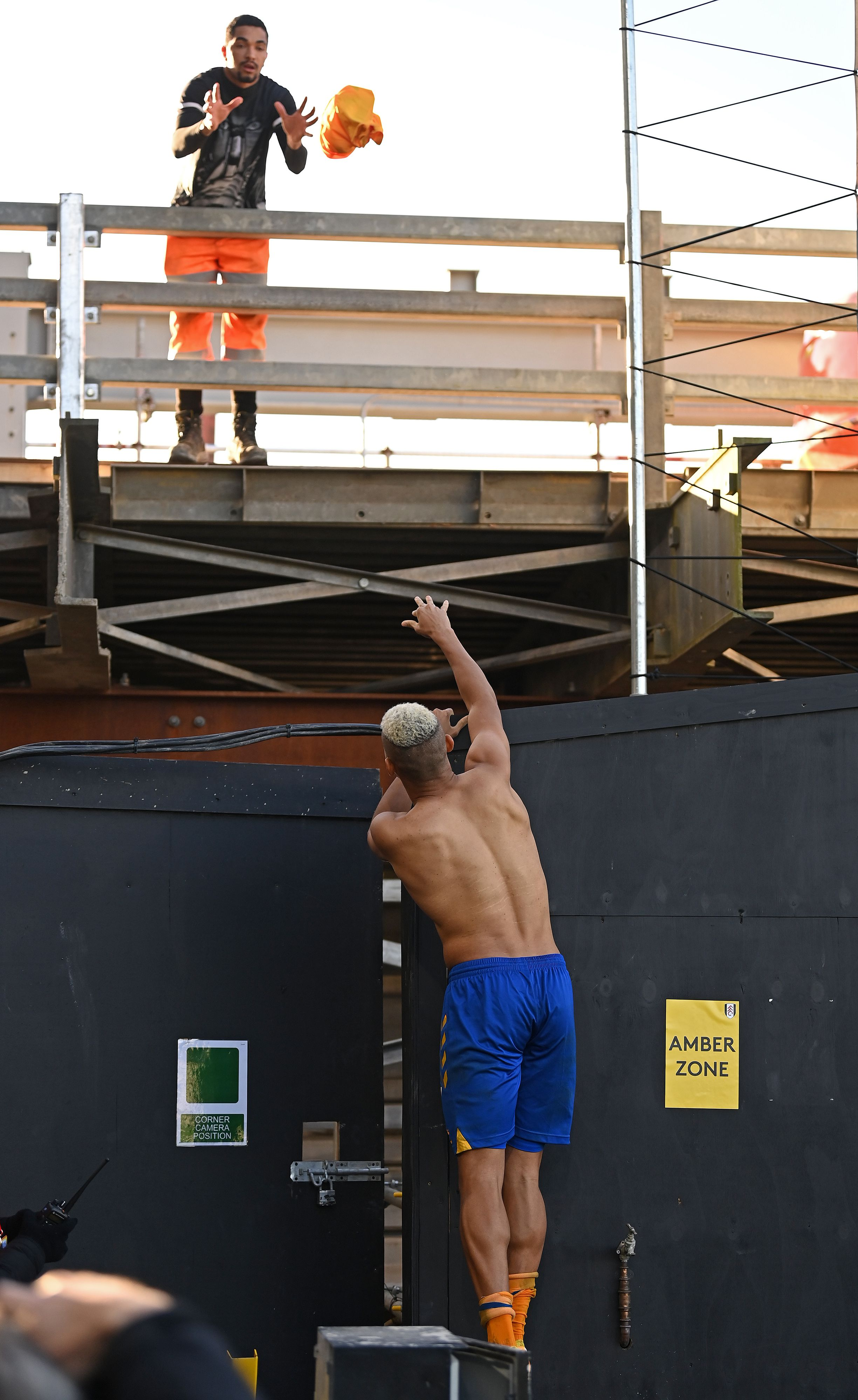 El momento en que Richarlison le lanza su camiseta a un obrero. (Foto: AFP)