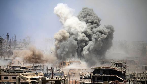 En esta foto de archivo tomada el 22 de mayo de 2017, el humo se eleva desde los edificios luego de un ataque aéreo reportado en un área controlada por los rebeldes en la ciudad de Daraa, en el sur de Siria. (Foto de Mohamad ABAZEED / AFP).