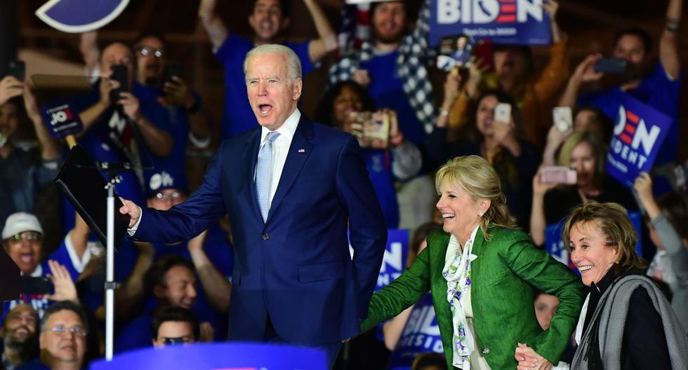 El ex vicepresidente presidencial demócrata Joe Biden llega al escenario con su esposa Jill y su hermana Valerie Biden Owens para un evento del Súper Martes en Los Ángeles. (AFP)