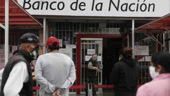 Personas se acercan a los diferentes bancos para cobrar el Bono Universal Familiar otorgado por el gobierno debido a la pandemia del coronavirus. (Foto: César Campos/GEC)