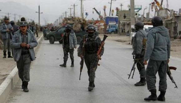 Afganistán: Talibanes secuestran a 27 policías tras atentado