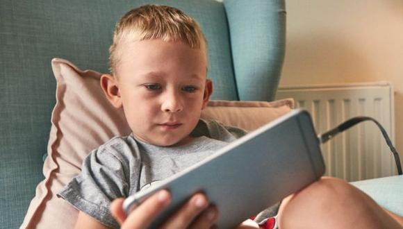 Las pantallas se han convertido en un elemento constante en la vida de adultos y niños. ¿A qué años deberían tener su propio celular? (Foto: Getty)