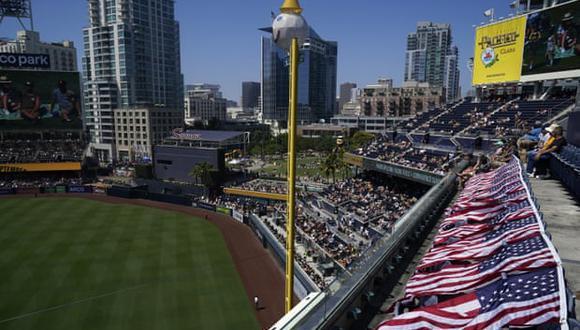 Una mujer y su hijo pequeño fallecieron debido a una caída en el estadio Petco Park de San Diego, Estados Unidos. (AP).
