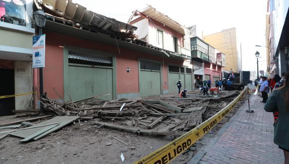 Personal del Programa para la Recuperación del Centro Histórico de Lima (Prolima), permanecen en la zona para analizar los daños. (Lino Chipana / GEC)