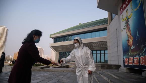 Una persona es sometida a un control sanitario como parte de las medidas preventivas contra el coronavirus Covid-19 en Pyongyang, Corea del Norte. (Foto de KIM Won Jin / AFP).