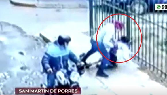 Las imágenes muestran a los dos malhechores llegar en una moto y atacar a la agraviada. (Foto captura: América Noticias)