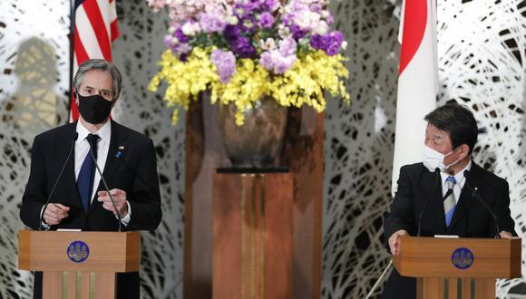 El secretario de Estado de Estados Unidos, Antony Blinken (izquierda) y el ministro de Relaciones Exteriores de Japón, Toshimitsu Motegi, asisten a una conferencia de prensa después de su reunión 2 + 2 en Tokio. (Foto de KIM KYUNG-HOON / POOL / AFP).