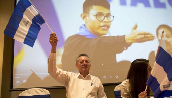 Óscar Sobalvarro, candidato a la presidencia de Nicaragua por el partido Ciudadanos x la Libertad. Detrás suyo, la imagen del activista Lesther Alemán, actualmente apresado por la dictadura del país. EFE