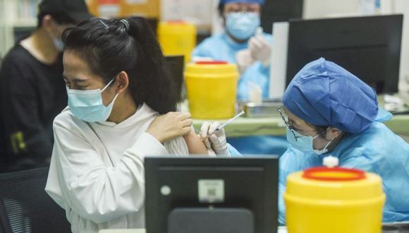 Una mujer recibiendo la vacuna contra el coronavirus Sinovac Covid-19 en Hangzhou, en la provincia oriental china de Zhejiang. (Foto: STR / AFP) / China OUT