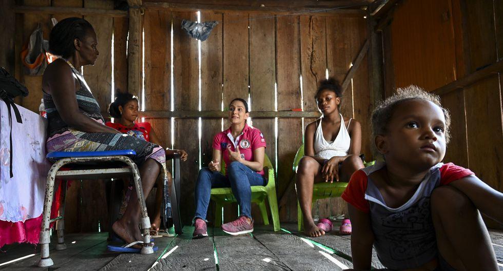 """La Isla Mono posee un suelo arenoso que prácticamente no provee nada comestible, fuera de cocos y tubérculos de taro, la """"papa china"""" de los habitantes del selvático Chocó, el departamento más pobre de Colombia.(Foto: AFP)"""