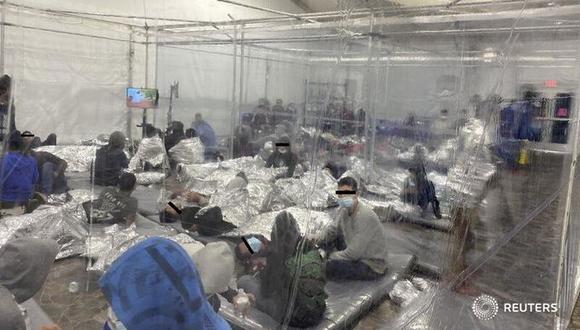 Migrantes apiñados en un centro de detención de Texas. (Reuters).