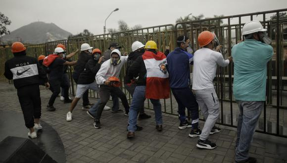 Enardecidos manifestantes - entre ellos seguidores de Fuerza Popular - provocaron desmanes, atacaron vehículos de ministros e intentaron llegar a la fuerza al Palacio de Gobierno   Foto: Joel Alonzo / @photo.gec