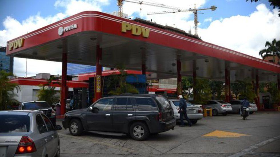 La escasez de gasolina ha provocado que enormes colas de autos sean frecuentes en Maracaibo y otros lugares del país.